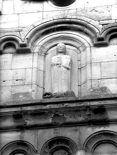Pignon de la façade ouest : statue de saint Pierre