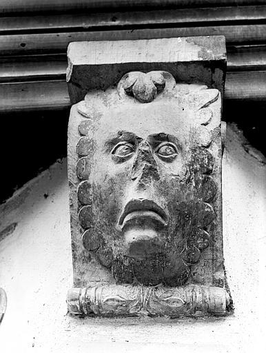 Détail d'une console ornée d'un masque humain