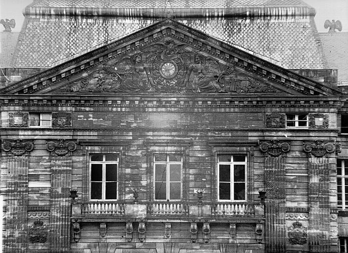 Fronton triangulaire de la façade ouest