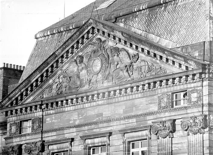 Fronton de la façade ouest