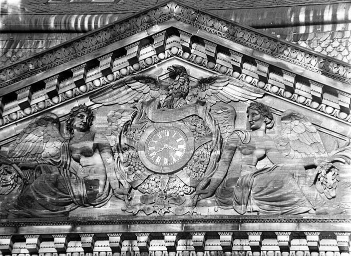 Fronton : détail du bas-relief