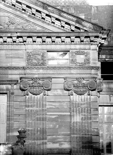 Chapiteaux et pilastres de la façade ouest