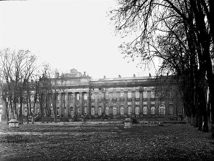 Colonnade et corps de bâtiment de droite