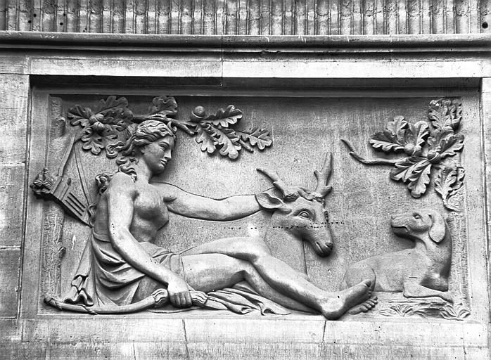 Façade est, bas-relief du pavillon central : Diane