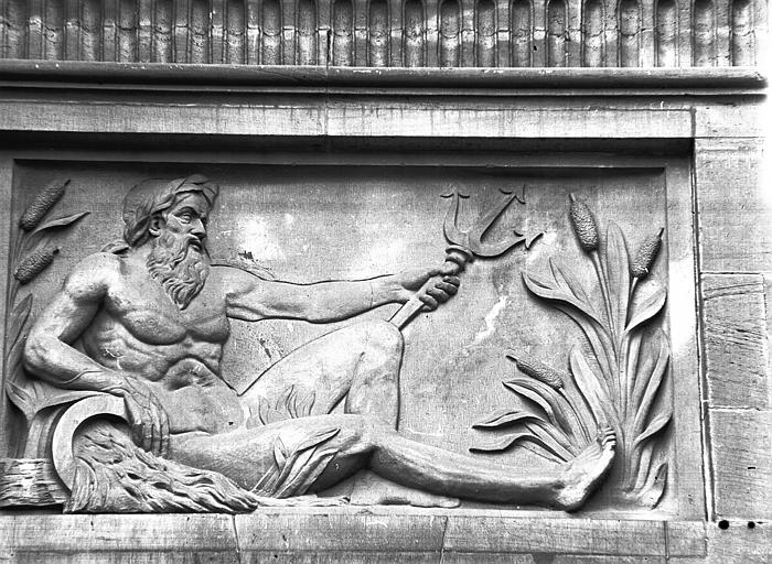 Façade est, bas-relief du pavillon central : Neptune