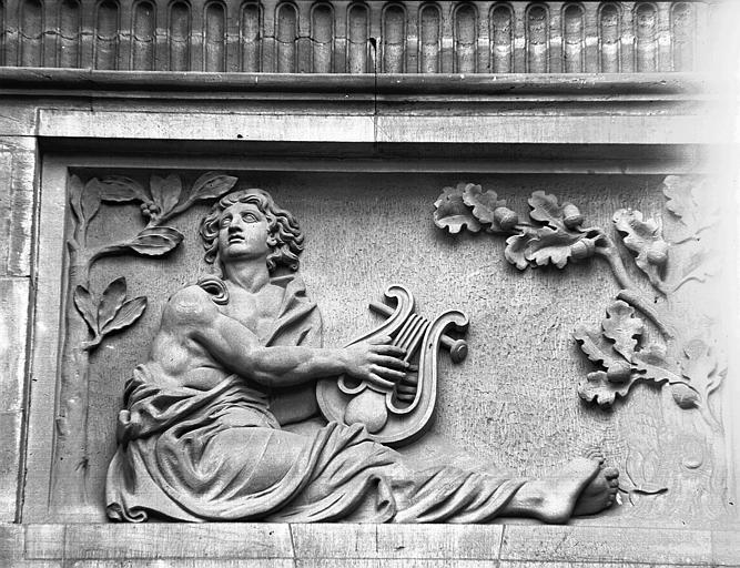 Façade est, bas-relief du pavillon central : Orphée