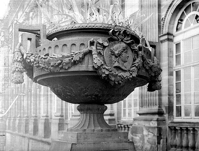 Façade est, pavillon latéral nord : vase décoratif