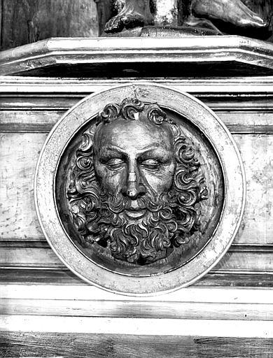 Tête de saint Jean-Baptiste dans un médaillon scultpté
