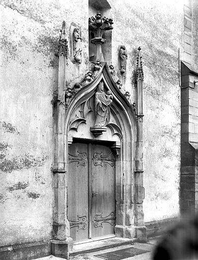Portail ouest flamboyant avec statue de la Vierge à l'Enfant et hauts-reliefs de la Vierge et saint Jean