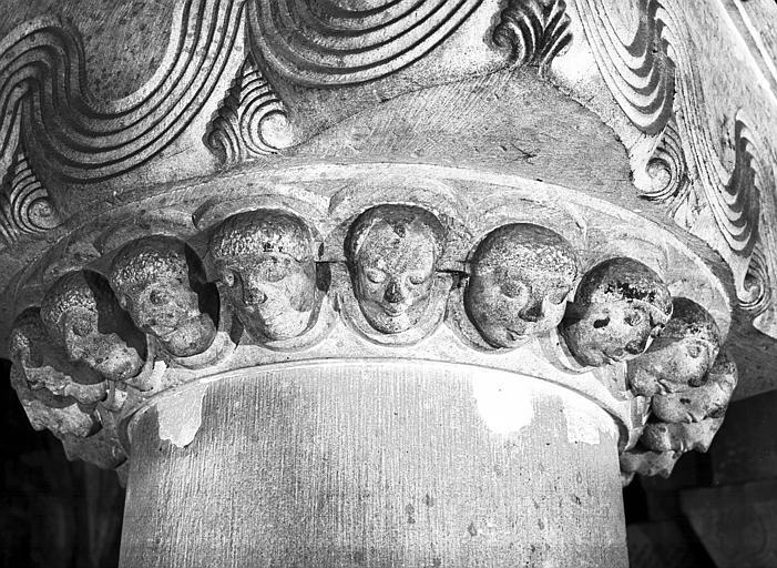 Chapiteau orné de traits ondulés et de têtes de personnages nimbés