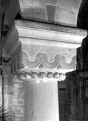 Détail du chapiteau orné de traits ondulés et de têtes de personnages nimbés