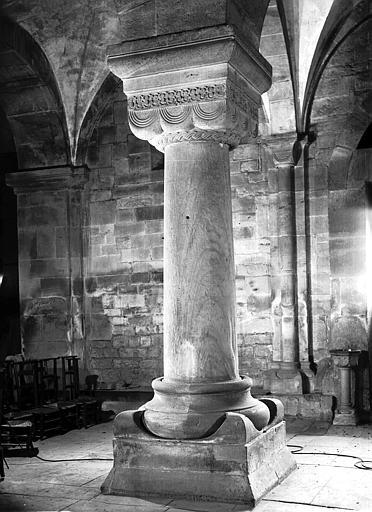 Colonne et chapiteau de la nef orné de godrons