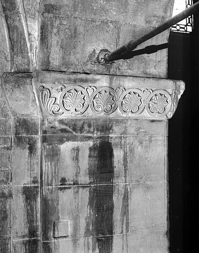 Chapiteau orné de palmettes et pilier