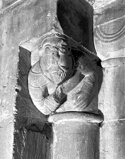 Chapiteau orné d'un buste de personnage et colonnette