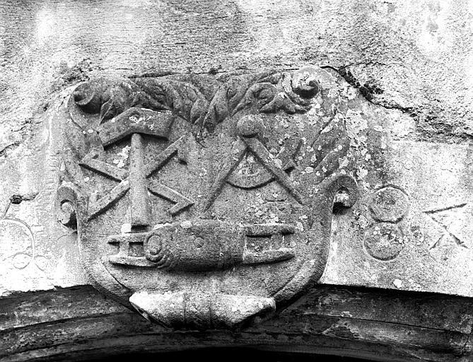 Ecusson, en pierre, surmontant le portail d'une maison