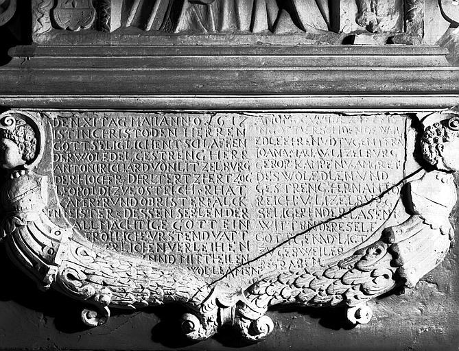 Bas-relief, détail avec inscription