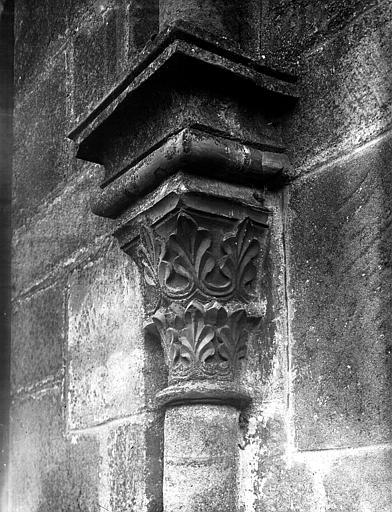 Chapiteau à palmettes sur colonne adossée au mur nord