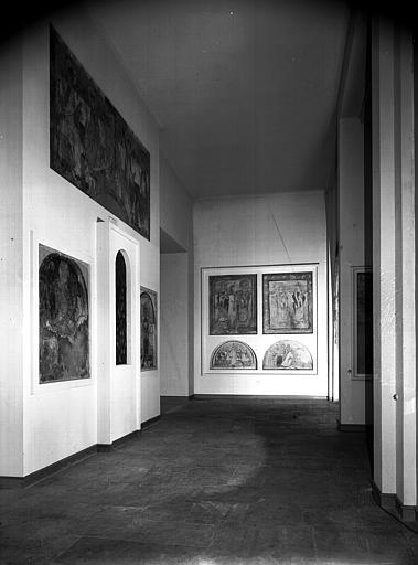 Relevés de fresques : vu de l'ensemble d'une salle de l'ancien musée de la fresque consacrée à Montmorillon et Auxerre