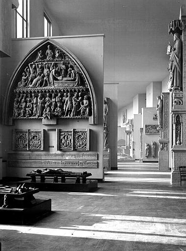 Portail Royal, tombeaux : vue de la salle