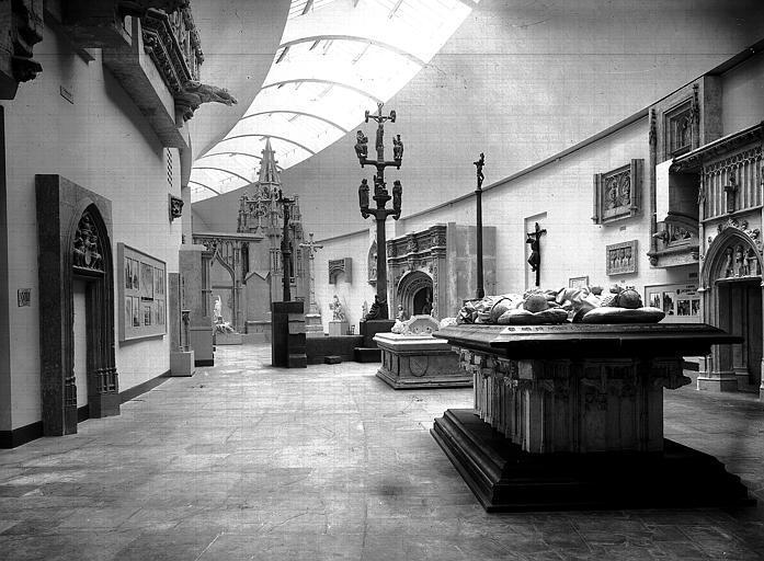 Vue intérieure d'une des salles du musée de sculpture comparée avec le moulage de la chapelle d'Avioth et des tombeaux de Souvigny