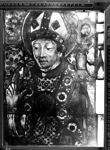 Fragment d'un vitrail : évêque ou abbé