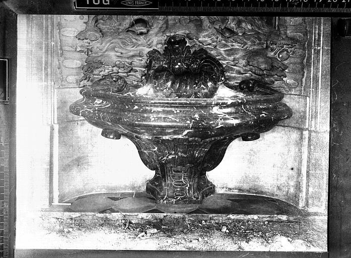 Salles des Gardes : vasque-fontaine et restes de carrelage