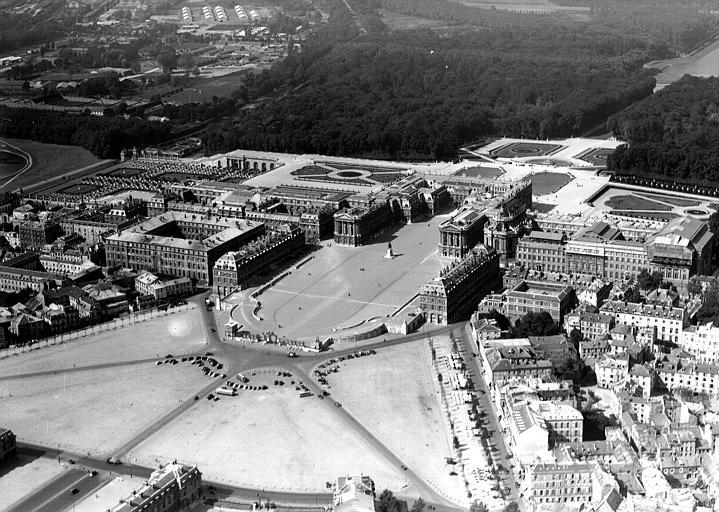 Vue aérienne : esplanade et cour de marbre