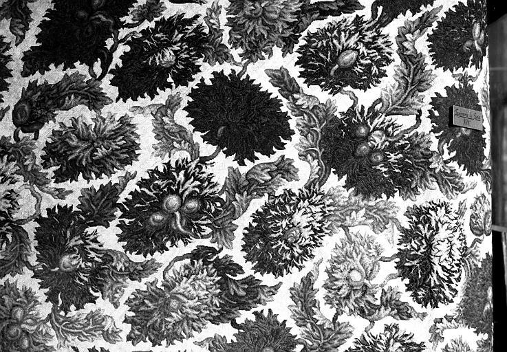 Panneau brodé en soie à décor floral