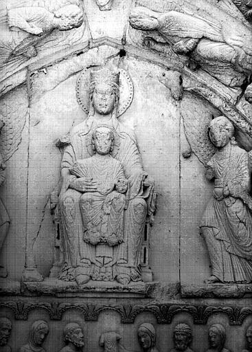 Façade ouest, portail côté sud, tympan : Vierge en majesté