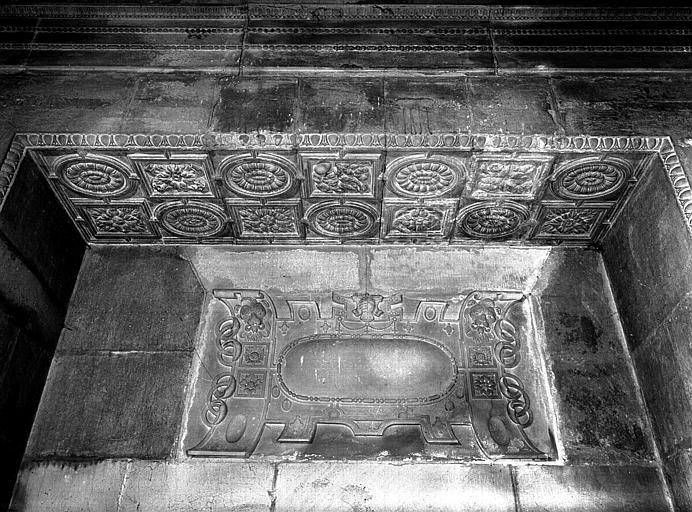 Chapelle d'Amoncourt : détail de la grille, vue extérieure
