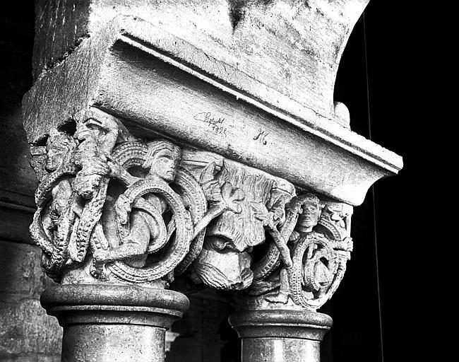 Triforium : chapiteau historié, vue latérale