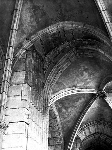 Chapelle rayonnante : pilier, côté chapelle