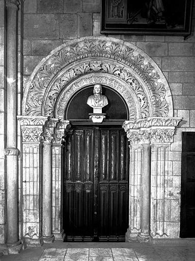 Déambulatoire, travée droite : porte de la salle du Chapitre