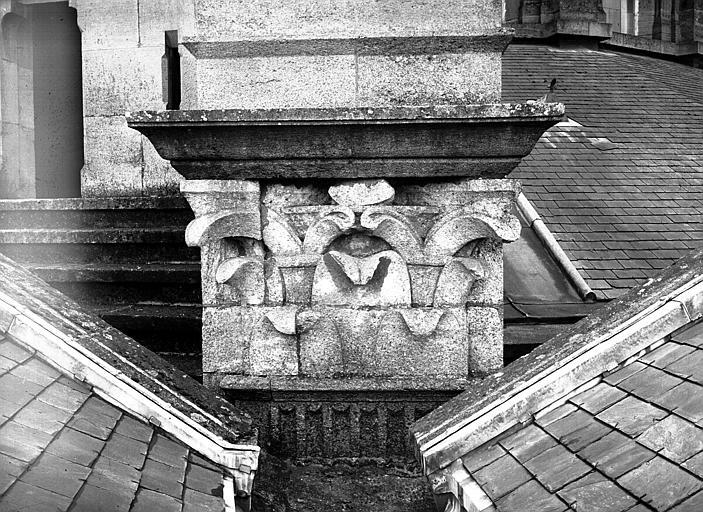 Abside extérieure : chapiteau de pilastre