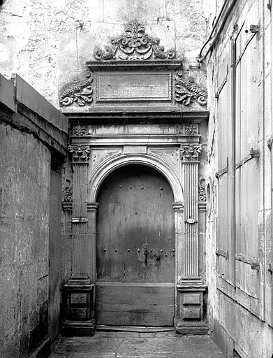 Porte dans la cour