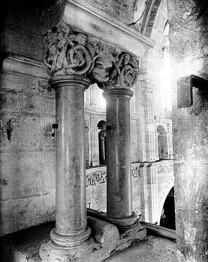 Colonnettes du triforium dans l'hémicycle du déambulatoire