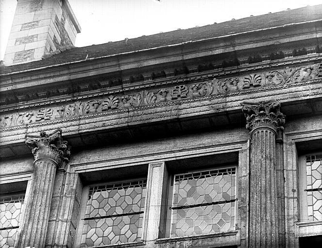 Façade sur cour : corniche du deuxième étage