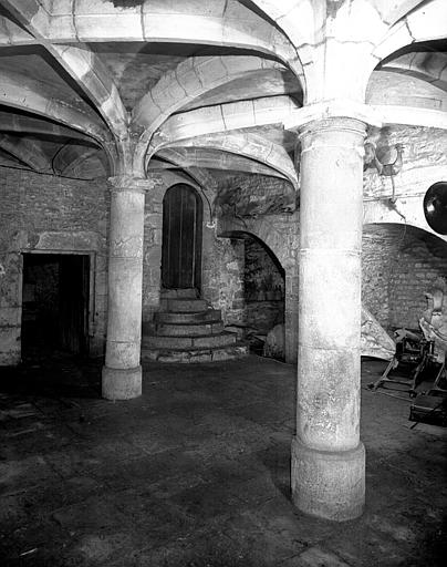 Cave médiévale : vue sur les caveaux et piliers