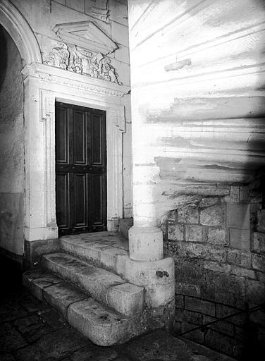 Départ de l'escalier et porte du rez-de-chaussée