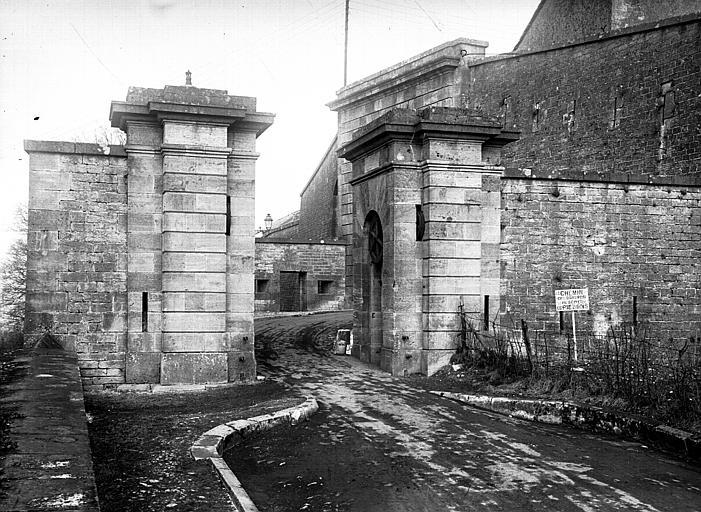 Fortification devant la porte