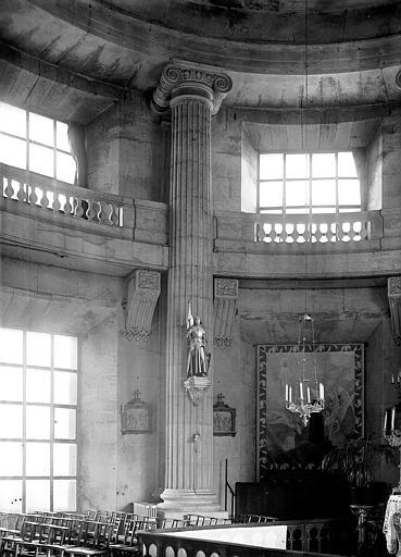 Chapelle : colonne cannelée et chapiteau dorique