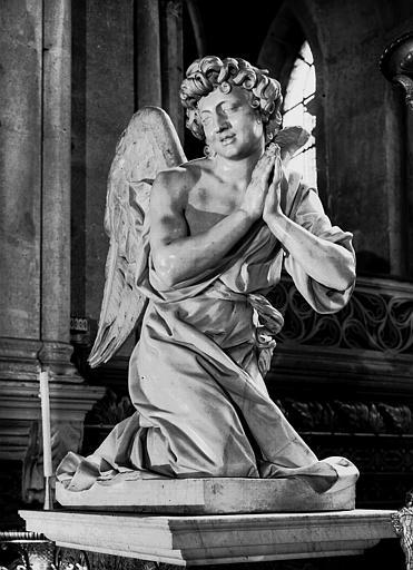 Ange adorateur, marbre blanc, dans le choeur ouest