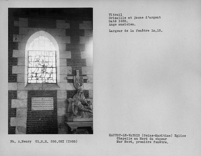 Chapelle au nord du choeur, vitrail en grisaille et jaune d'argent de la première fenêtre du mur nord, ange musicien