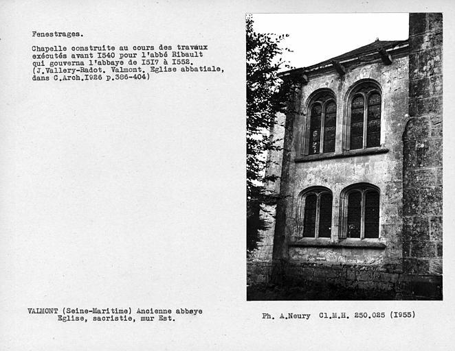 Fenestrages est de la sacristie, chapelle ouvrant sur la première travée tournante