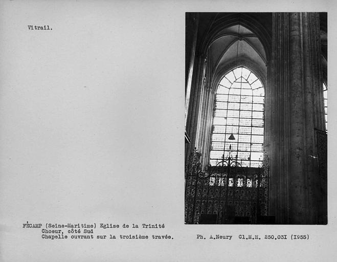 Bas-côté sud du choeur, vitrail non coloré de la fenêtre sud de la chapelle de la troisième travée