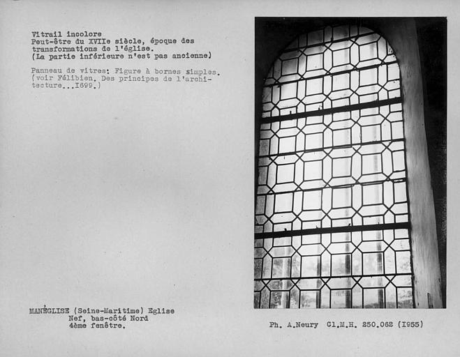 Quatrième fenêtre du bas-côté nord de la nef, vitrail ancien incolore sauf la partie inférieure