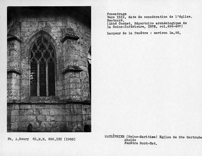 Fenestrage restauré de l'abside, fenêtre nord-est