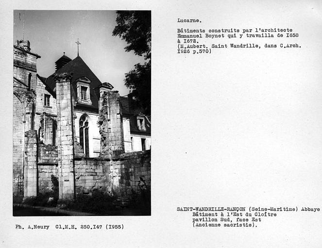 Lucarnes de la façade est du bâtiment au nord du bras nord du transept, ancienne sacristie
