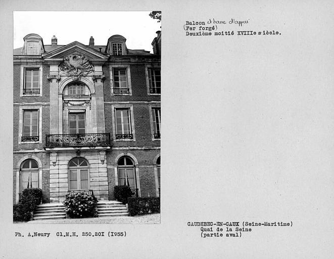 Balcon en fer forgé de la façade principale perpendiculaire au quai
