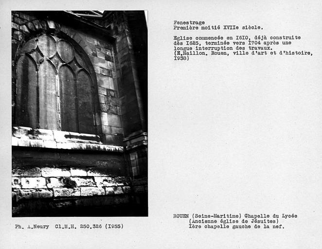 Fenestrage de la première chapelle à gauche de la nef